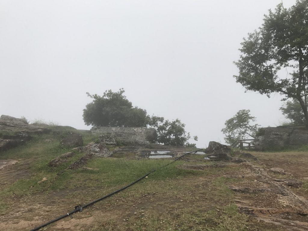 プレアヴィヒア崖に続く道