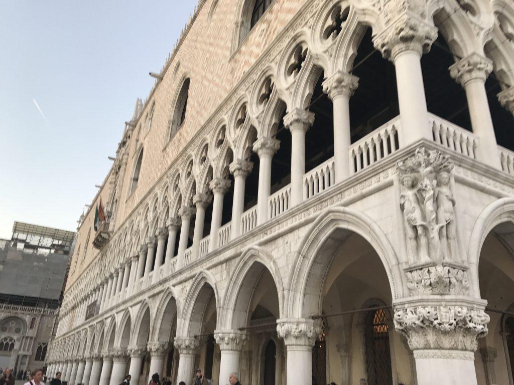ドゥカーレ宮殿側面