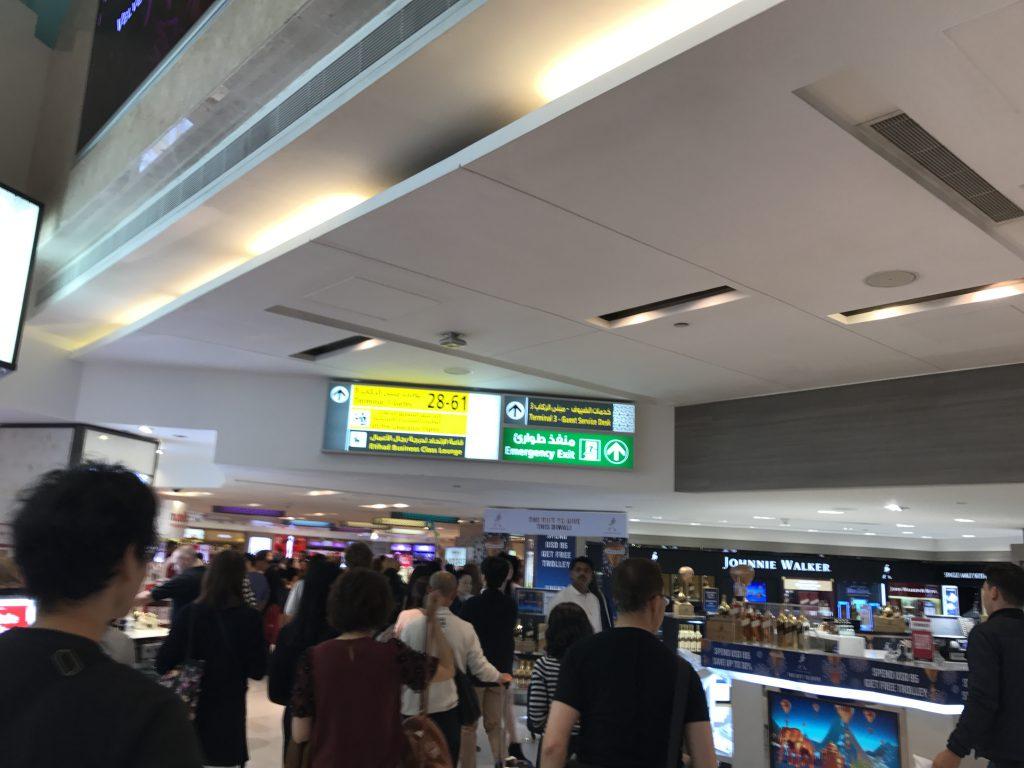 アブダビ国際空港案内板