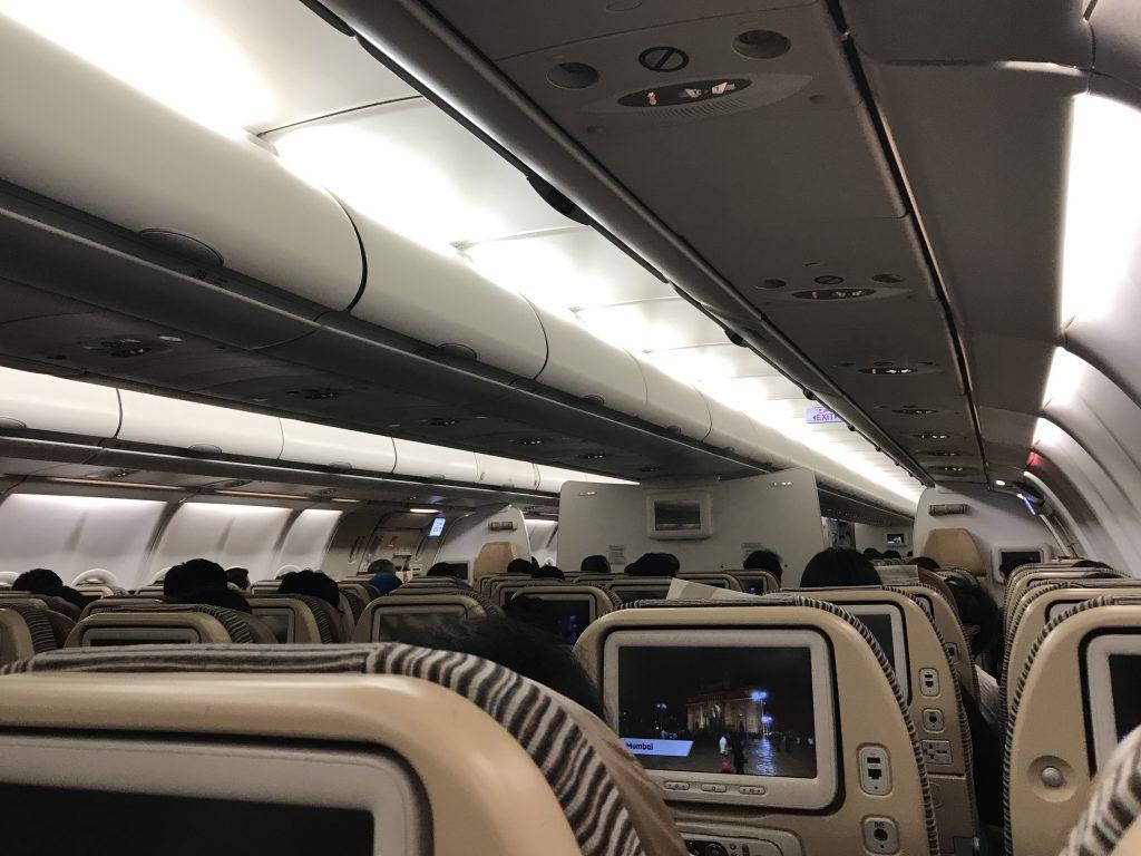 アブダビ発ミラノ行き飛行機