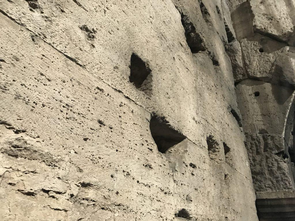 コロッセオ 穴