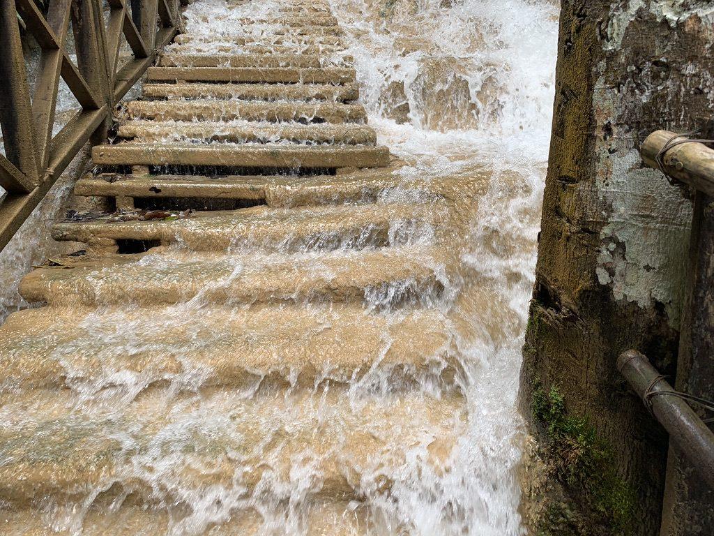 クアンシーの滝 階段 雨季
