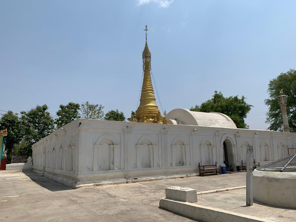 Shwe Yaunghwe Kyaung隣の仏塔