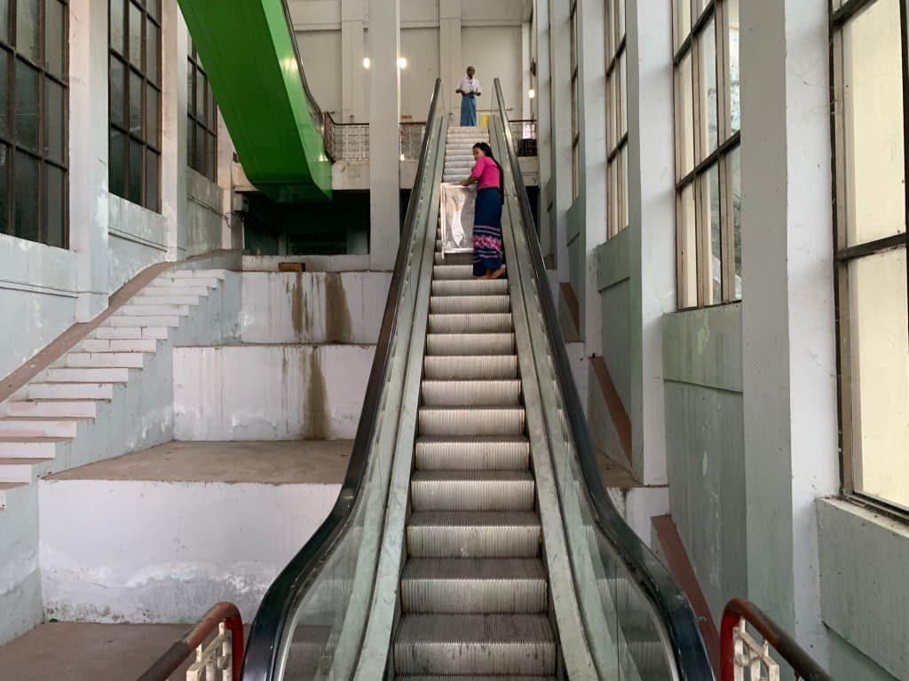 マンダレーヒル エレベーター