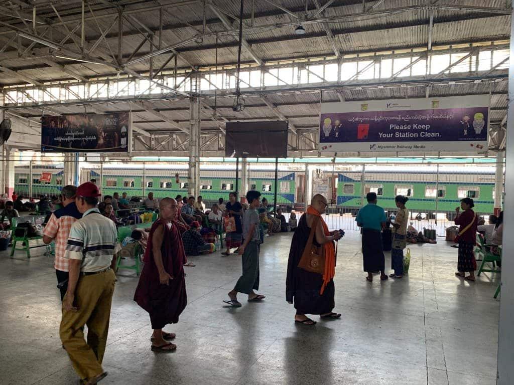 ヤンゴン中央駅 構内