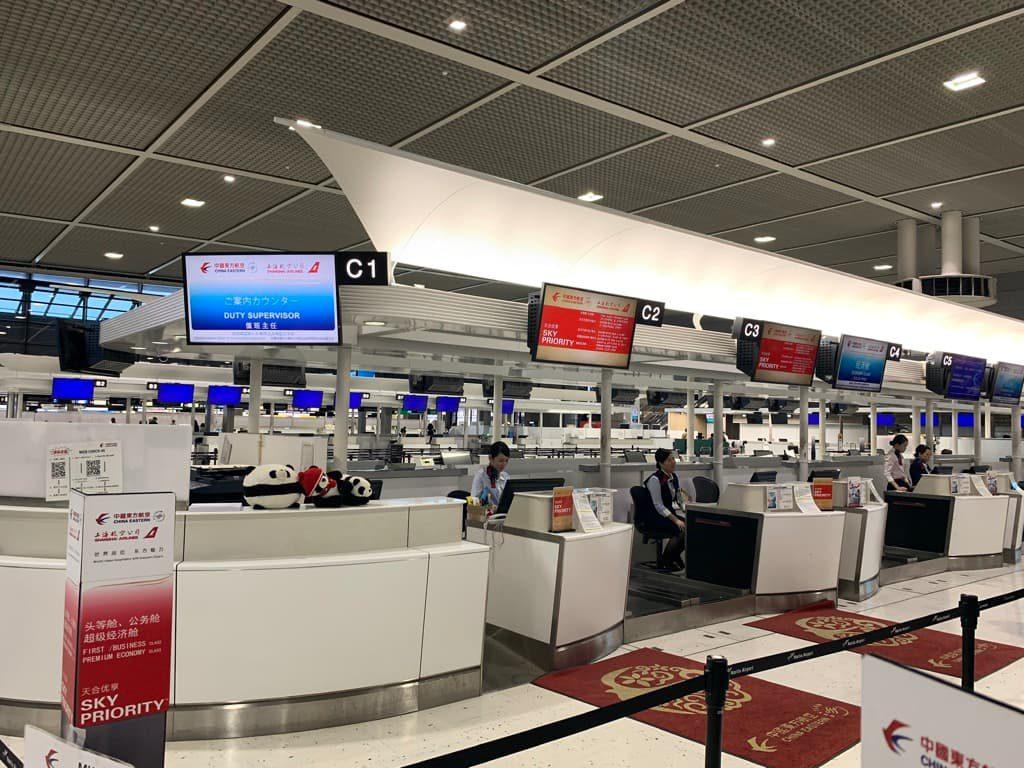 成田空港 中国東方航空チェックインカウンター