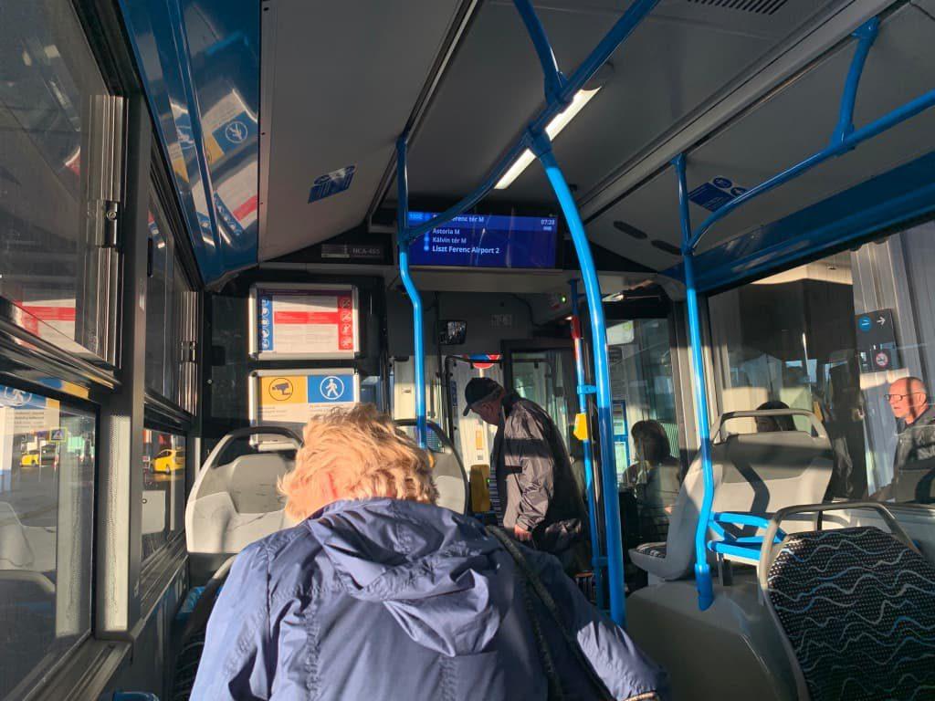 100Eバス車内