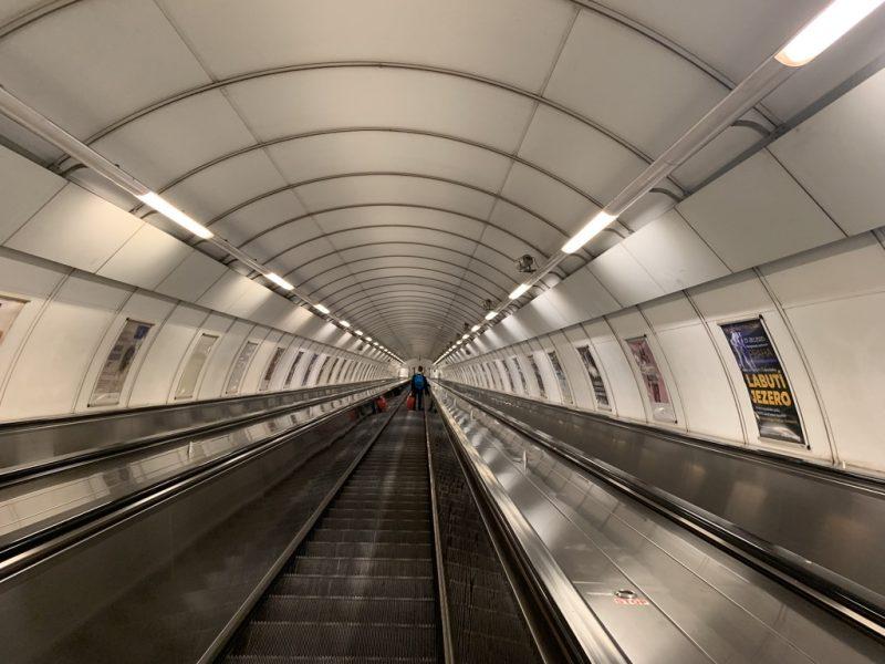地下鉄ホームへ向かうエスカレーター