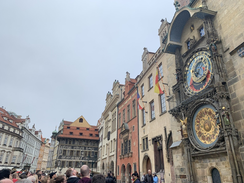 プラハの天文時計前