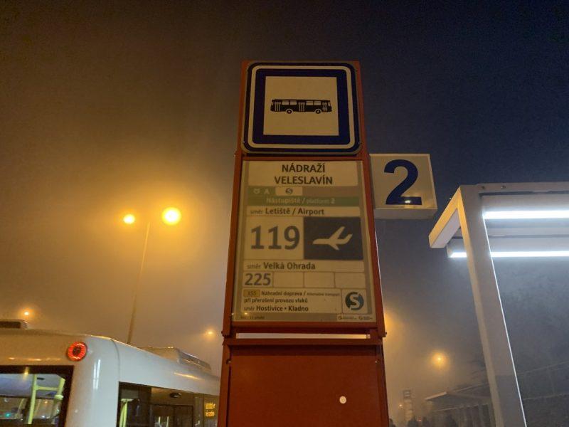 プラハ空港行きバス停