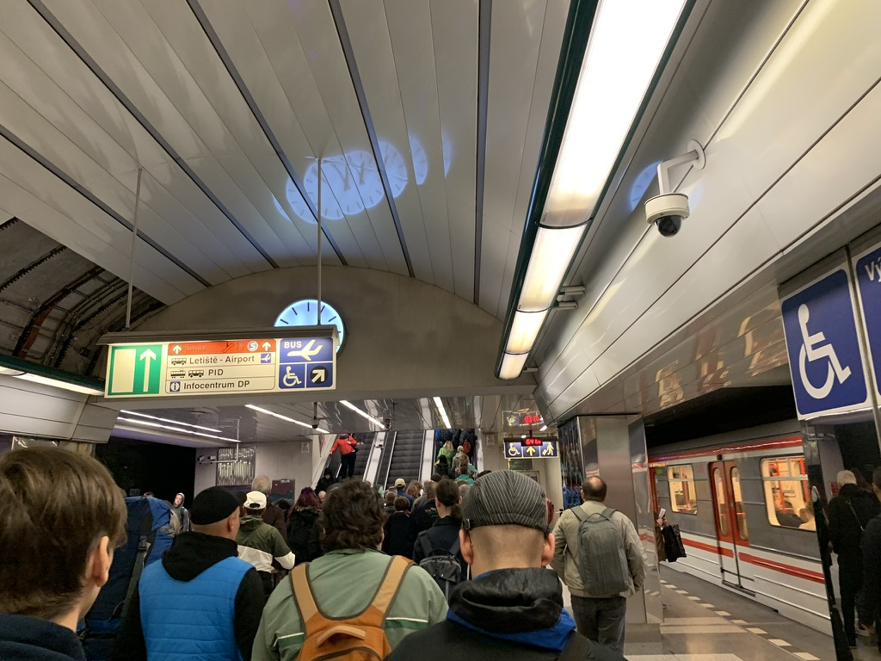 プラハ地下鉄から空港バスへ